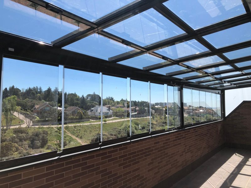 cerramiento de terraza con techo movil y cortinas de cristal