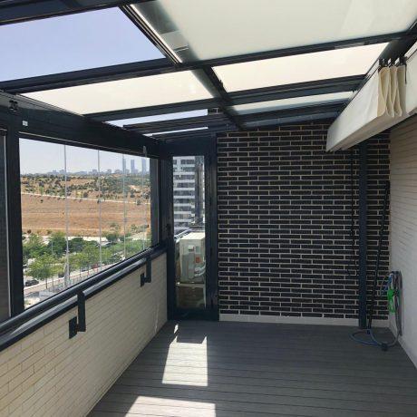techo móvil y cortinas de cristal con pergola bajo techo