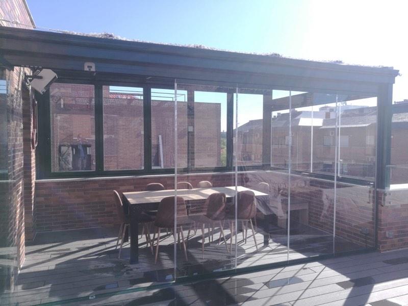aprovechar bien tu terraza con techos móviles y cortinas de cristal