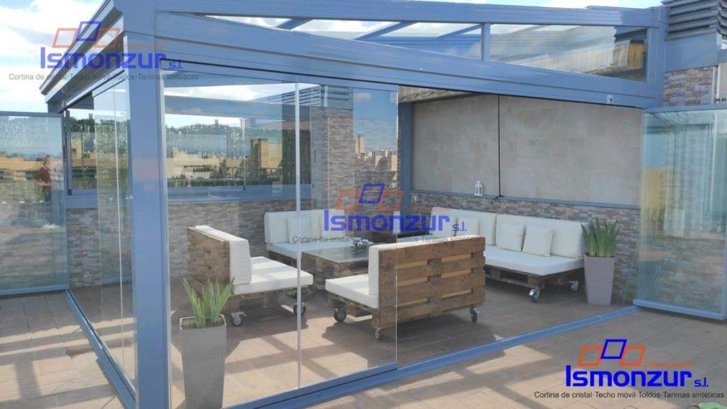 El cierre con cortinas de cristal crea un espacio nuevo y luminoso