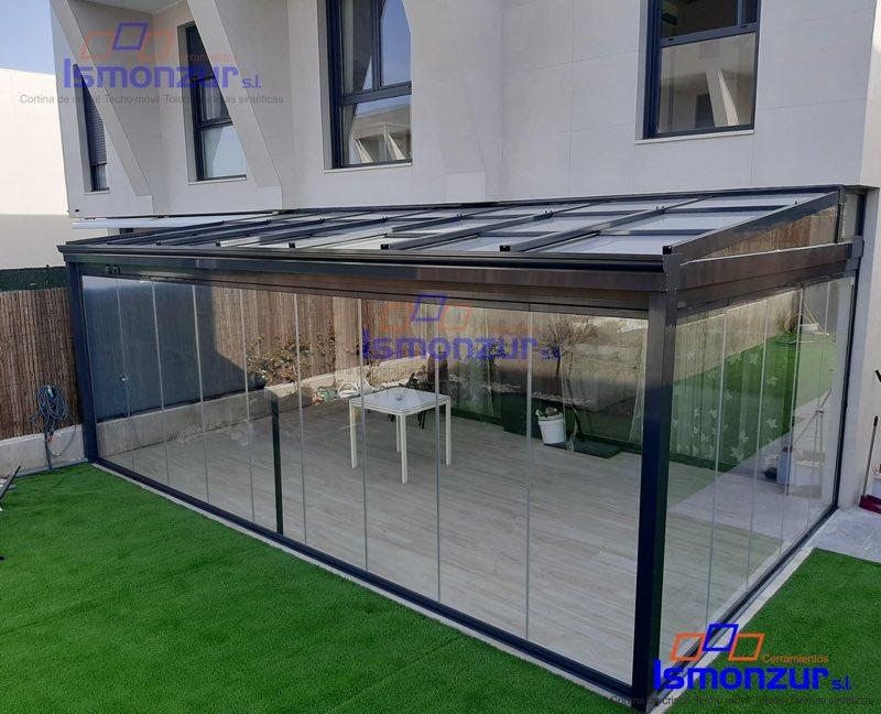 Cierre con cortinas de cristal y techo móvil en Madrid